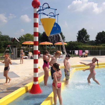 Vallende emmer water in het zwembad