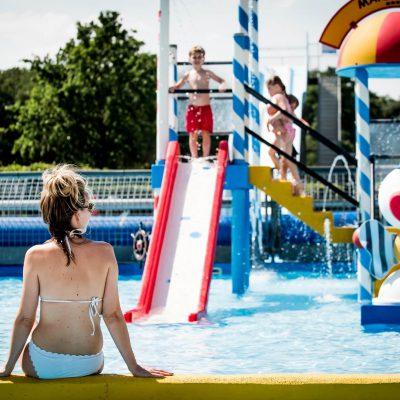 Met de kinderen in het zwembad